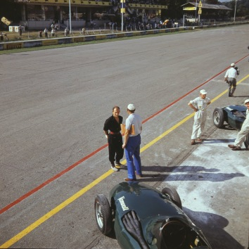 Stirling Moss talking strategy before the race.